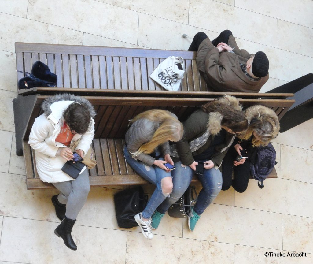 Tegenstellingen. Verschil in generatie. In een winkelcentrum van Zoetermeer - Tineke Arbacht