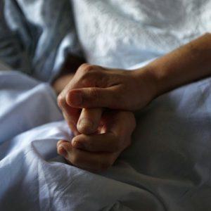 Handen vasthouden van stervende